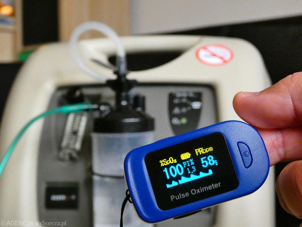 Epidemia koronawirusa w Polsce. Pulsoksymetr (na pierwszym planie) służby do mierzenia saturacji, czyli stężenia tlenu we krwi