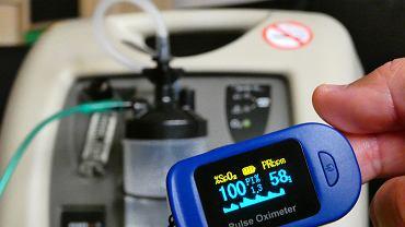 Pulsoksymetr służby do mierzenia saturacji, czyli stężenia tlenu we krwi