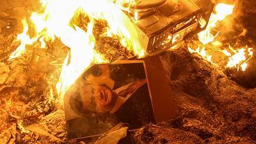 Płonące zdjęcie prezydenta Wiktora Janukowycza