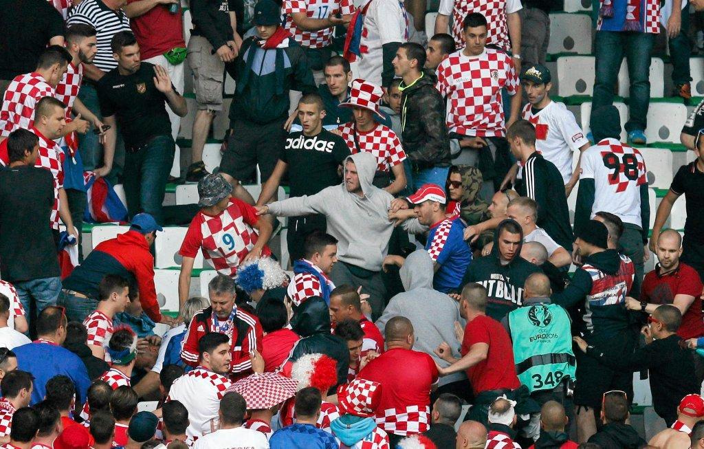 Chorwaccy kibice w meczu z Czechami wrzucili na murawę race i petardy. Jedna z nich trafiła w ochroniarza