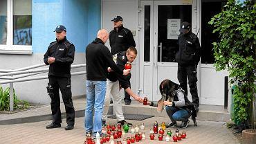 Znicze pod komisariatem na Trzemeskiej we Wrocławiu, gdzie zmarł Igor Stachowiak