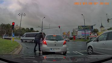 Wyrzuciła niedopałek przez okno auta. Inny kierowca podniósł go i oddał właścicielce