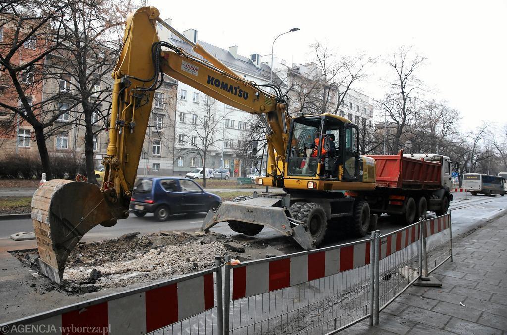 Kraków. Na al. Słowackiego zawalił się kanał. Trwają prace naprawcze