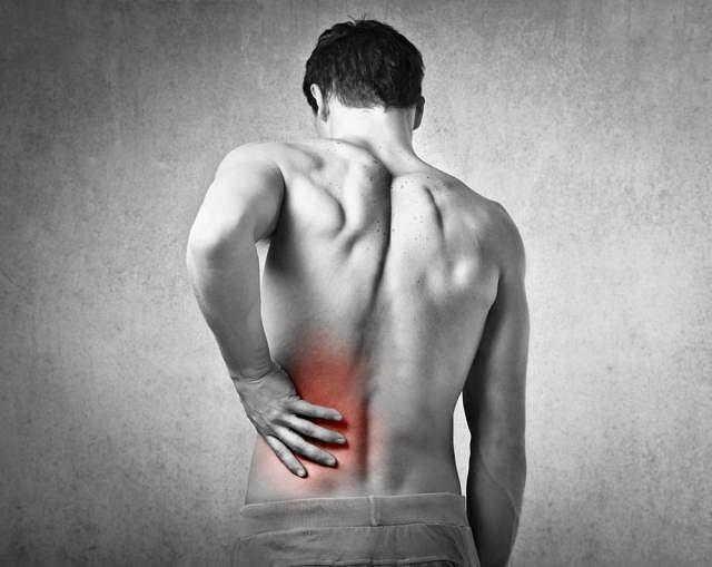 Promieniujący ból w okolicy krzyżowo-biodrowej to jeden z bardziej charakterystycznych objawów choroby Bechterewa