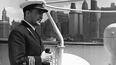 Kapitan Jan Ćwiklinski wprowadza ''Batorego'' do Nowego Jorku. Polski liniowiec cumował po drugiej stronie Manhattanu
