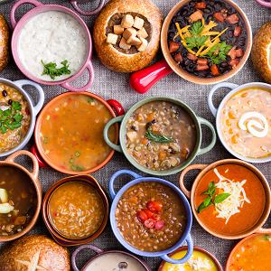 Każdą zupę z dodatkiem mięsa łatwo zmienisz na wegetariańską. Wystarczy użyć bulionu warzywnego lub wody, masło zastąpić oliwą, a śmietanę jogurtem wegańskim