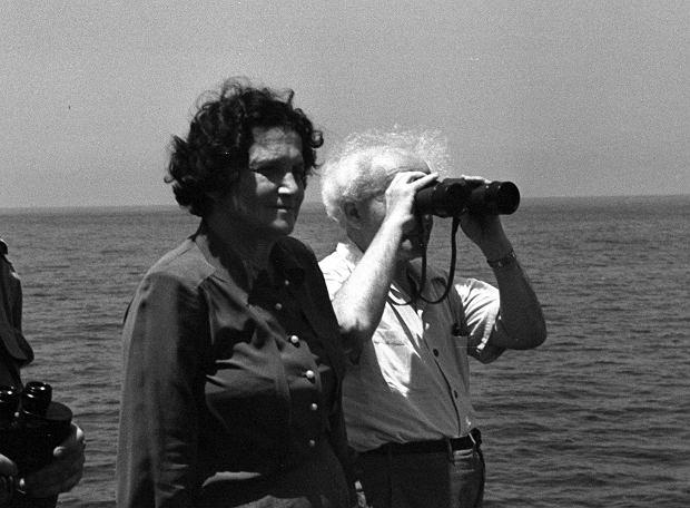 Paula i Dawid Ben Gurionowie  na pokładzie okrętu wojennego w lipcu 1949 r., tuż po wygranej  przez Izrael wojnie o niepodległość
