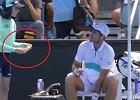 Tenisista chciał, żeby dziewczynka obrała mu banana. Sędzia natychmiast zareagował [WIDEO]