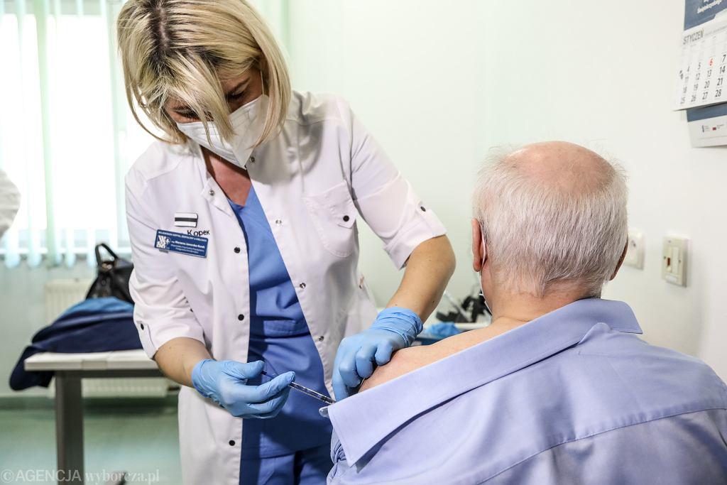 Od piątku osoby powyżej 70. roku życia mogą zarejestrować się na szczepienie przeciw COVID-19.