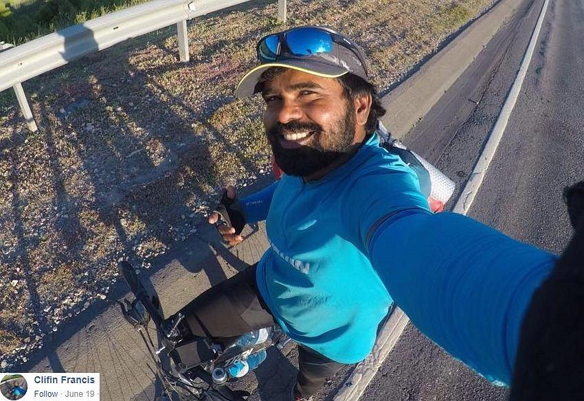Mundial 2018. Jedzie rowerem z Indii do Rosji