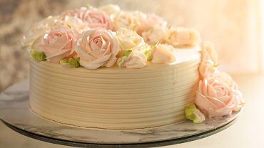 Krem do tortu możesz przygotować na przykład na bazie budyniu lub masła