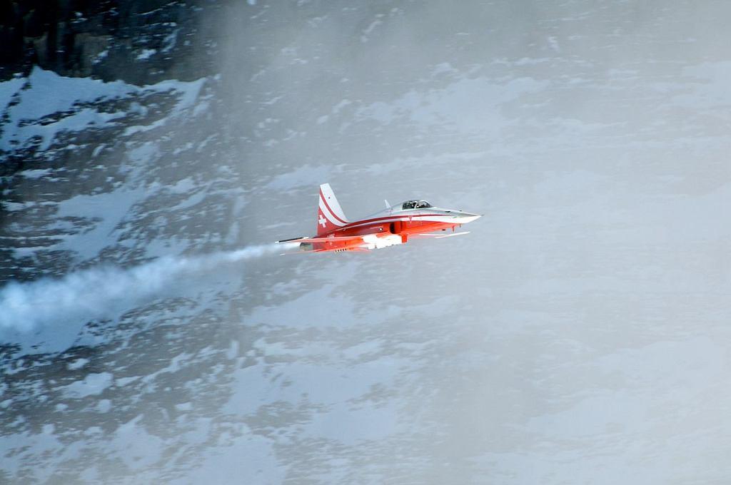 Szwajcarski myśliwiec Northrop F-5 należący do zespołu akrobacyjnego