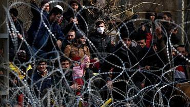 Opuszczający Turcję syryjscy uchodźcy przed zasiekami na granicy w pobliżu greckiego miasta Kastanies, 1 marca 2020 r.
