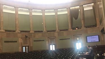Dr Adam Bodnar, Rzecznik Praw Obywatelskich, przemawia na pustej sali po tym, jak posłowie PiS przegłosowali przejęcie kontroli nad Sądem Najwyższym.