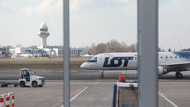Samolot PLL LOT na Lotnisku im. Fryderyka Chopina w Warszawie