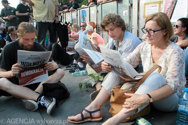 20 lipca 2017, protestujący pod Sejmem czytają 'Gazetę Suwerena'.