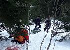 Ratownicy górscy w specjalnych kombinezonach znosili ciało turysty, który zginął w Tatrach. Był w kwarantannie