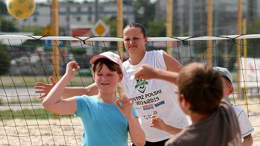 Strefa Plażowa Outlet Center. Piłkarki ręczne MKS Selgros ćwiczą z dziećmi. Na zdjęciu Kamila Skrzyniarz