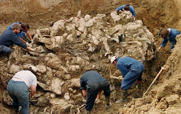 Wydobywanie szczątków z masowego grobu w Srebrenicy, 1996 rok