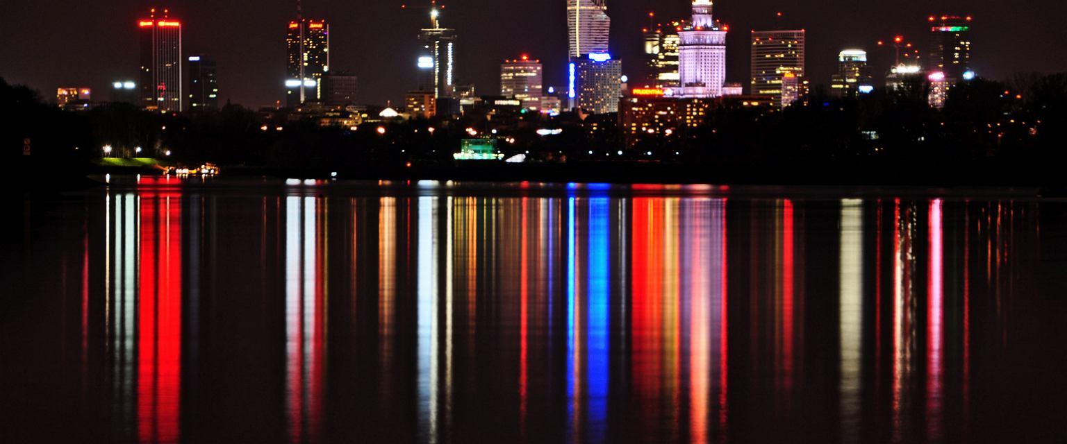 Warszawa nocą (fot. jackguzuta / iStockphoto.com)