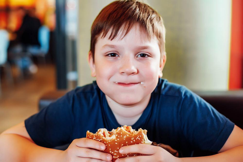 Przyczyną zaparć u dzieci mogą być m.in. dieta uboga w błonnik i płyny oraz siedzący tryb życia.