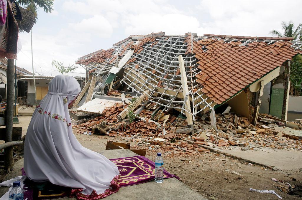 Skutki trzęsienia ziemi na indonezyjskiej wyspie Lombok
