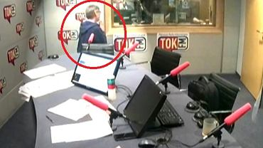 Jacek Żakowski klęczy w studiu radia TOK FM