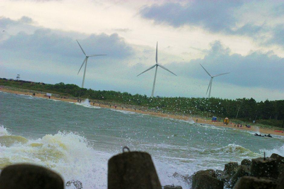 Wzburzone morze w Darłowie - zdjęcie ilustracyjne