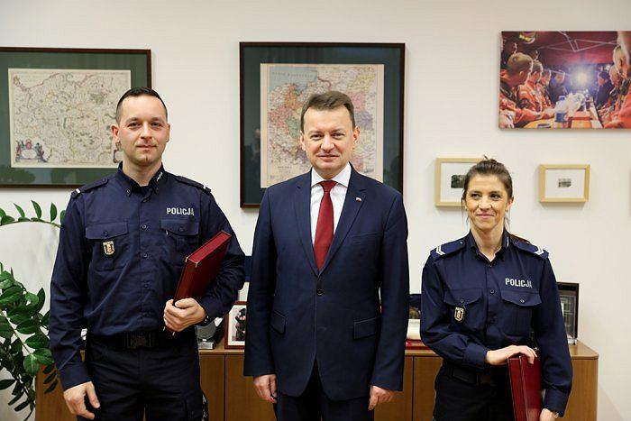 St. post. Artur Morzyński, minister Mariusz Błaszczak i st. sierż. Katarzyna Król