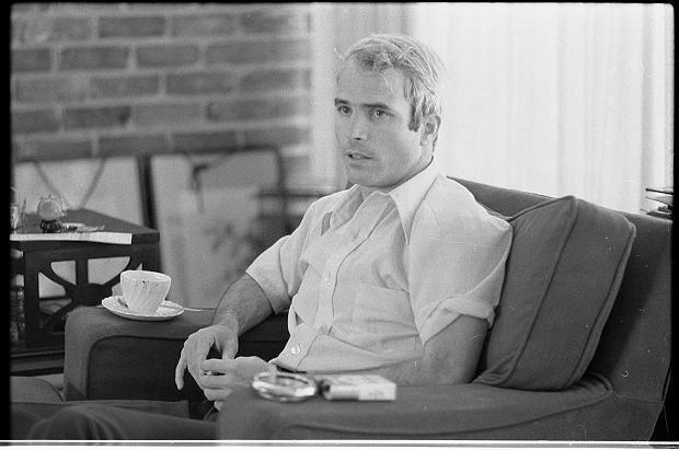 McCain tuż po zwolnieniu z obozu podczas udzielania przierwszego dłuższego wywiadu