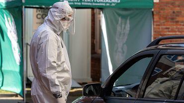 Punkt poboru próbek do przeprowadzenia testów na koronawirusa przy szpitalu zakaźnym w Bydgoszczy obsługują głównie żołnierze Wojsk Obrony Terytorialnej.