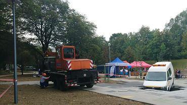 Auto dostawcze należące do Dąbrowskich Wodociągów uszkodziło w niedzielę nową fontannę w modernizowanym właśnie kosztem 15,5 mln zł parku Hallera w Dąbrowie Górniczej