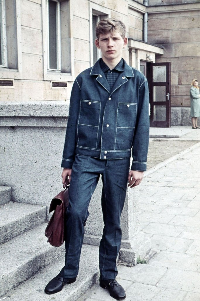 Nastolatek w 1965 r. ubrany w dżinsowy mundurek z polskiej tkaniny arizona, którą z pewnej odległości można nawet pomylić z oryginalnym denimem. W ubrania z arizony zaopatrywała Polaków w czasach PRL-u szczecińska Odra.