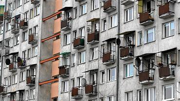 Brwinów. Roczne dziecko wypadło z okna na drugim piętrze. W mieszkaniu były trzy osoby // zdjęcie ilustracyjne