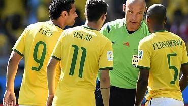 Brazylia - Chile 1:1 (3:2 w karnych). Howard Webb otoczony przez brazylijskich piłkarzy