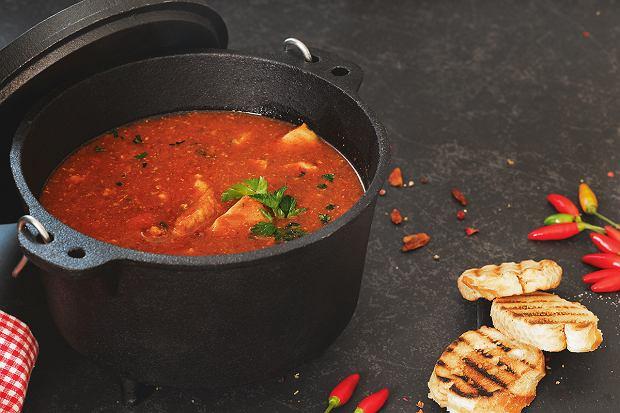 Buzara - gęsta zupa z rybami, owocami morza i pomidorami