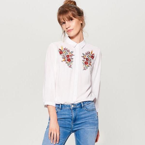 biała koszula w kwiaty