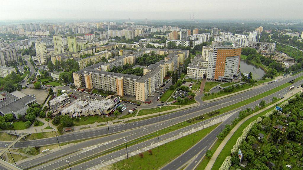 Widok z powietrza na osiedle Gocław i Przyczółek Grochowski od strony skrzyżowania Alei Stanów Zjednoczonych i Kinowej. W prawej części zdjęcia:Jeziorko Gocławskie, a w centralnej: Aleja Stanów Zjednoczonych.