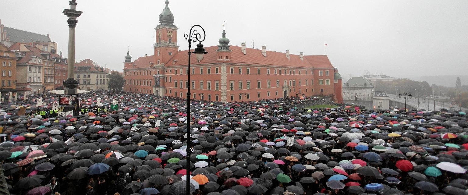 Demonstracja w obronie praw kobiet na Pl. Zamkowym w Warszawie 3.10.2016 r. (fot. Sławomir Kamiński/AG)