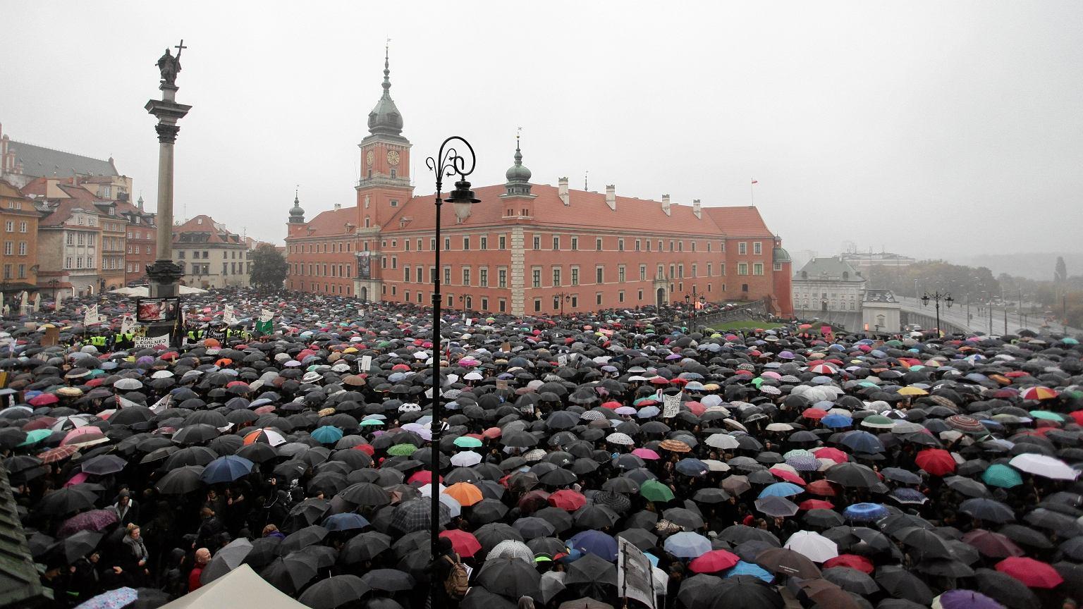 Demonstracja w obronie praw kobiet na Pl. Zamkowym w Warszawie 3.10.2016 r.