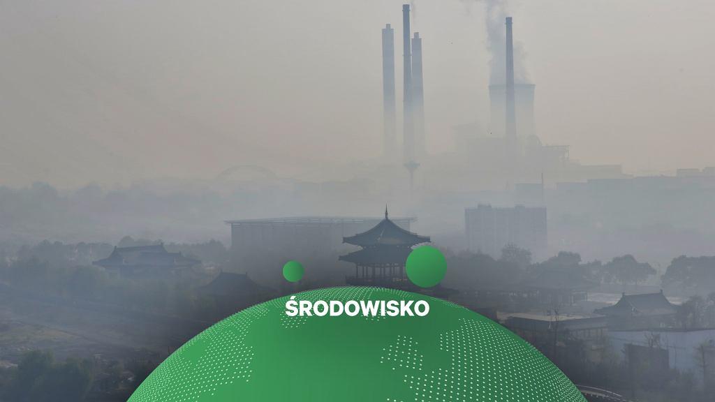 Chiny i emisje CO2. Na zdjęciu widok na zasnute smogiem miasto Jiujiang na wschodzie kraju, port nad rzeką Jangcy.