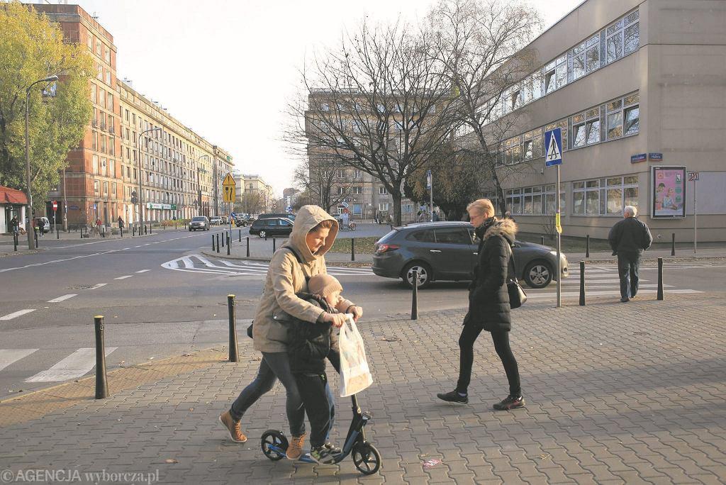 Plac Hallera u wylotu ulicy Dąbrowszczaków, z prawej popularna przychodnia z nocną pomocą lekarską