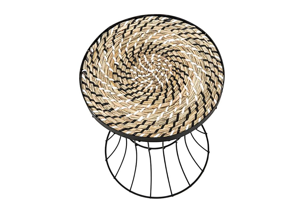 Stolik kawowy z trawy morskiej i stali.