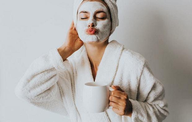 3 popularne kosmetyki, które szkodzą naszej cerze. Mogą być przyczyną szybszego starzenia