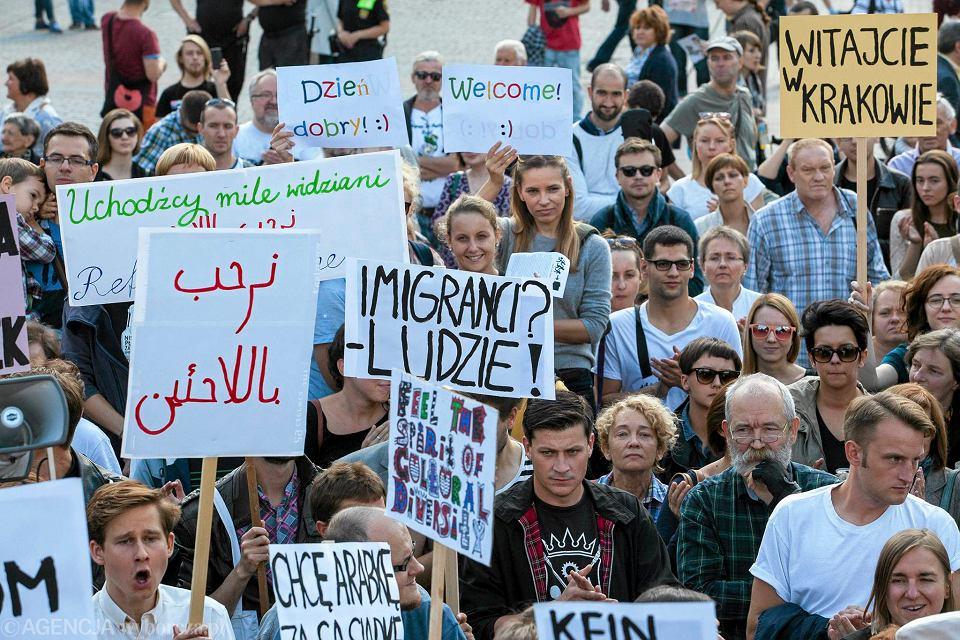 Wiec solidarności z uchodźcami na Rynku Głównym w Krakowie