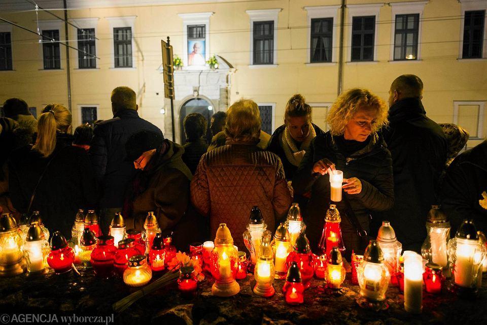 Kraków . Obchody 11 rocznicy śmierci Jana Pawła II pod oknem papieskim.