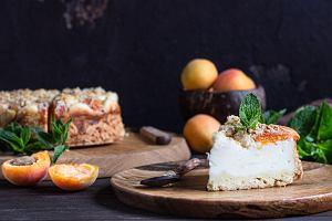 Jak zrobić puszysty sernik z morelami? Prosty przepis na pyszny sernik z owocami