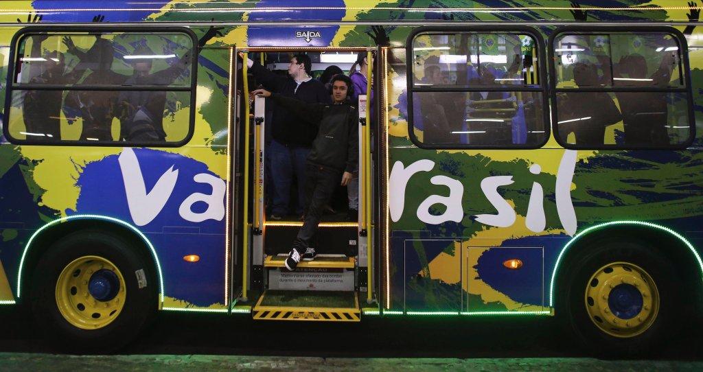 Autobus miejski w Santo Andre specjalnie udekorowany na czas Mistrzostw Świata.