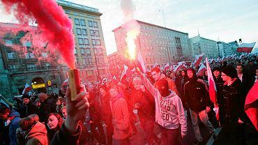 Prawo zakazuje używania podczas zgromadzenia 'materiałów wybuchowych, wyrobów pirotechnicznych lub innych niebezpiecznych materiałów lub narzędzi'. Ale uczestnicy Marszu Niepodległości od początku odpalali petardy i pochodnie