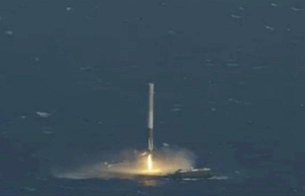 Moduł SpeceX Falcon 9 ląduje na platformie na Atlantyku